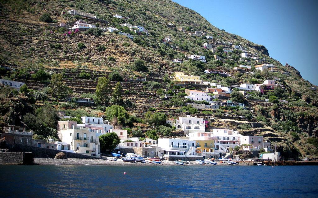 Porto alicudi visto dal mare