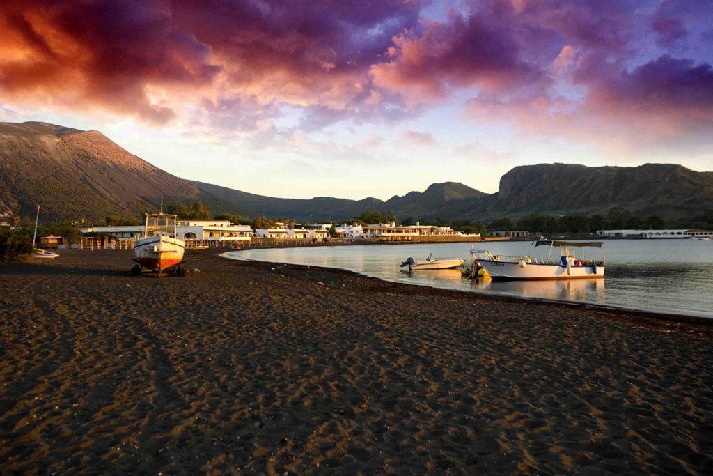 La Spiaggia di Sabbie Nere al tramonto